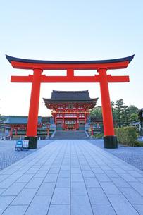 京都伏見稲荷大社 鳥居と楼門の写真素材 [FYI04847042]