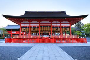 京都伏見稲荷大社 外拝殿の写真素材 [FYI04847044]