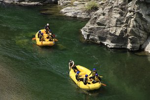 ラフティングボートで川下り 長瀞の渓谷でラフティングの写真素材 [FYI04847052]