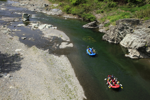 ラフティングボートで川下り 長瀞の渓谷でラフティングの写真素材 [FYI04847053]