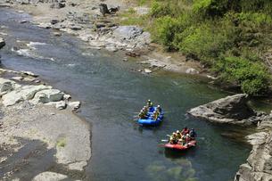 ラフティングボートで川下り 長瀞の渓谷でラフティングの写真素材 [FYI04847054]