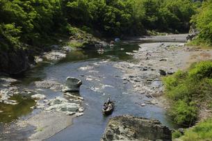 和舟で舟下り 長瀞の渓谷を舟下りの写真素材 [FYI04847066]