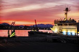 赤焼ける函館港の写真素材 [FYI04847105]