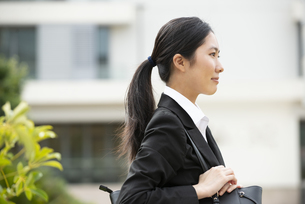 スーツを着ている女性の横顔の写真素材 [FYI04847173]