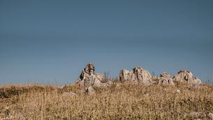 【自然風景】青空の下の四国カルストの写真素材 [FYI04847320]