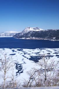摩周湖の氷と氷模様の写真素材 [FYI04847357]