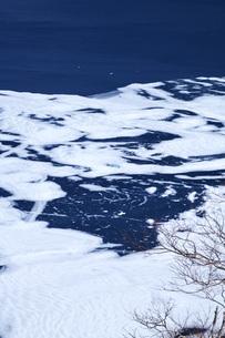 摩周湖の氷と氷模様の写真素材 [FYI04847359]