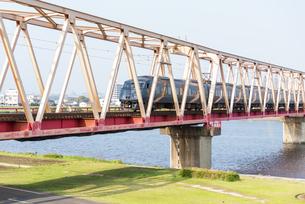 鉄橋と電車の写真素材 [FYI04847546]