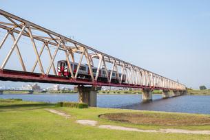 鉄橋と電車の写真素材 [FYI04847555]