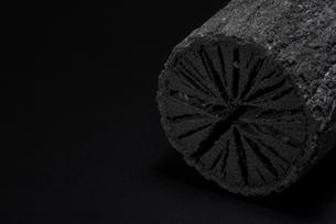 クヌギ炭の写真素材 [FYI04847625]