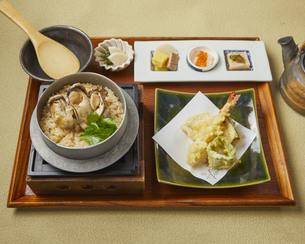牡蠣の釜飯と天麩羅の定食の写真素材 [FYI04847638]