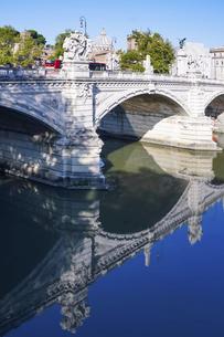 ローマ、テベレ川に架かるヴィットリオ・エマヌエーレ2世橋とサン・ピエトロ寺院のクーポラの写真素材 [FYI04847853]