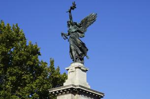 イタリア統一を記念したヴィットリオ・エマヌエーレ2世橋の両端に立つ「翼を持つ勝利の女神」の写真素材 [FYI04847896]