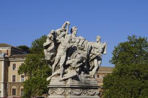イタリア統一を記念したヴィットリオ・エマヌエーレ2世橋の彫刻(自由、抑圧の克服、国家への忠誠、イタリア統一)の写真素材 [FYI04847899]
