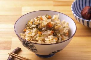 すき昆布の炊き込みご飯の写真素材 [FYI04847960]