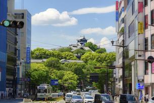熊本城「市街地・電車通り・繁華街・ビジネス街・水道町から観た城」復興再建・最新2021年の写真素材 [FYI04848041]