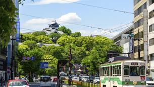 熊本城「市街地・電車通り・繁華街・ビジネス街・水道町から観た城」復興再建・最新2021年の写真素材 [FYI04848046]