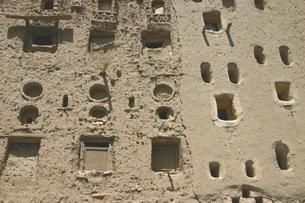 世界遺産シバーム旧市街の泥レンガ製ビルの写真素材 [FYI04848217]