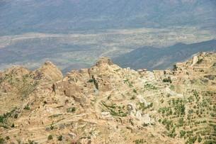 イエメン北部山岳地帯の天然要塞村の写真素材 [FYI04848218]