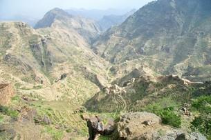 イエメン北部のシャハラへ続く険しい山道の写真素材 [FYI04848219]