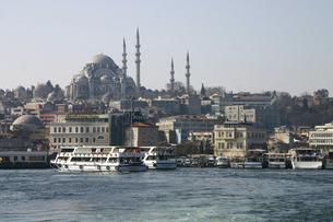 ガラタ橋から眺めるスレイマニエ・モスクとイスタンブールの町並みの写真素材 [FYI04848226]