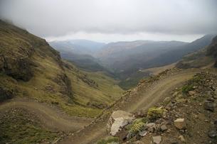 ドラケンスバーグ山脈を走る曲がりくねった峠道サニパスの写真素材 [FYI04848228]