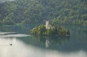 スロベニアのブレッド湖に浮かぶ小島と聖マリア教会の写真素材 [FYI04848231]