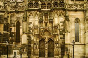 スロバキア・コシツェにある聖エリザベス大聖堂の北門の写真素材 [FYI04848232]