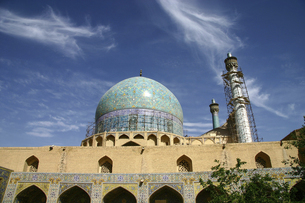 横から見たエスファハーンのシャーモスク(イマームモスク)の写真素材 [FYI04848244]