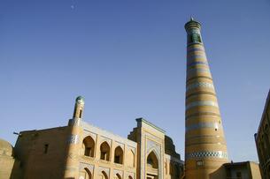 ウズベキスタンの世界遺産イチャンカラにあるイスラム・ホジャ・マドラサとミナレットの写真素材 [FYI04848246]