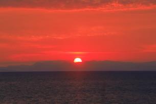 土佐湾に沈む夕日の写真素材 [FYI04848326]