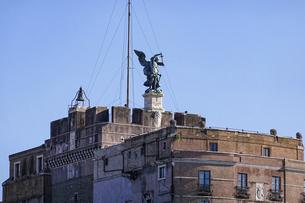 晴れた日のローマ、テベレ川沿いのサンタンジェロ城(大天使ミカエル)の写真素材 [FYI04848568]