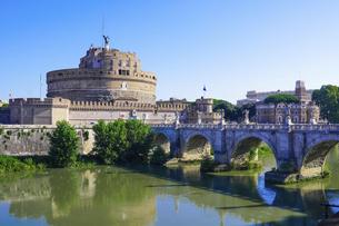 晴れた日のローマ、テベレ川沿いのサンタンジェロ橋とサンタンジェロ城の写真素材 [FYI04848570]