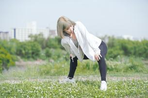 屋外で柔軟体操をする女性の写真素材 [FYI04848620]
