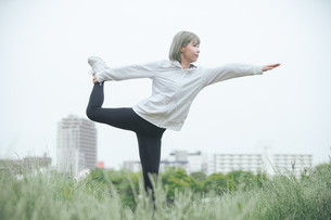 屋外でヨガをする女性の写真素材 [FYI04848649]