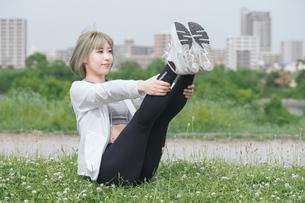 屋外でヨガをする女性の写真素材 [FYI04848655]