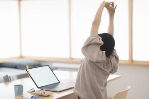 在宅での仕事中に一休みする女性の写真素材 [FYI04848656]