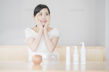 肌を触る女性の写真素材 [FYI04848668]