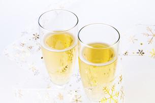スパークリングワインでお祝いの写真素材 [FYI04848829]