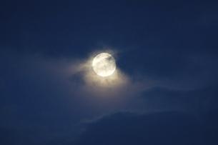 冬の満月と雲の写真素材 [FYI04848831]