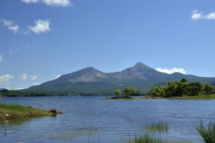 初夏の桧原湖と磐梯山の写真素材 [FYI04848841]