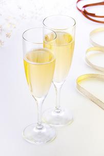 スパークリングワインでお祝いの写真素材 [FYI04848842]