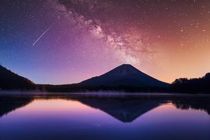 富士山と星空合成の写真素材 [FYI04849168]