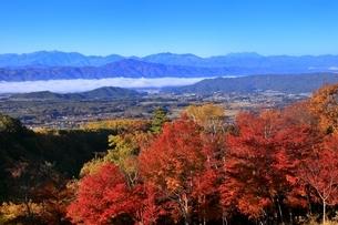 横谷峡の紅葉と中央アルプスに御嶽山の写真素材 [FYI04849178]