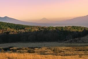 霧ヶ峰より富士山と夕焼けの写真素材 [FYI04849203]
