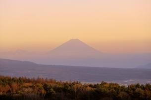 霧ヶ峰より富士山と夕焼けの写真素材 [FYI04849204]