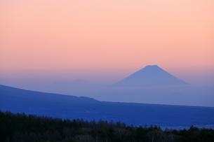 霧ヶ峰より富士山と夕焼けの写真素材 [FYI04849211]