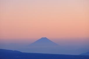 霧ヶ峰より富士山と夕焼けの写真素材 [FYI04849212]