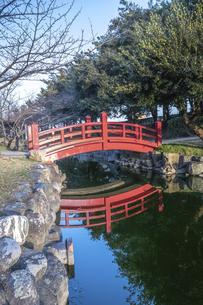 琴弾公園の赤い橋の写真素材 [FYI04849223]