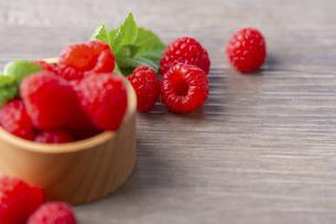 Fresh raspberries on wooden board.の写真素材 [FYI04849355]